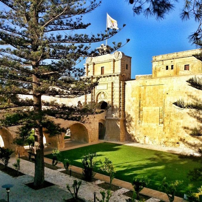 Mdina - mury i brama do miasta