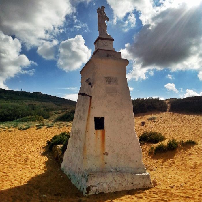 Posąg na plaży Ramla Bay