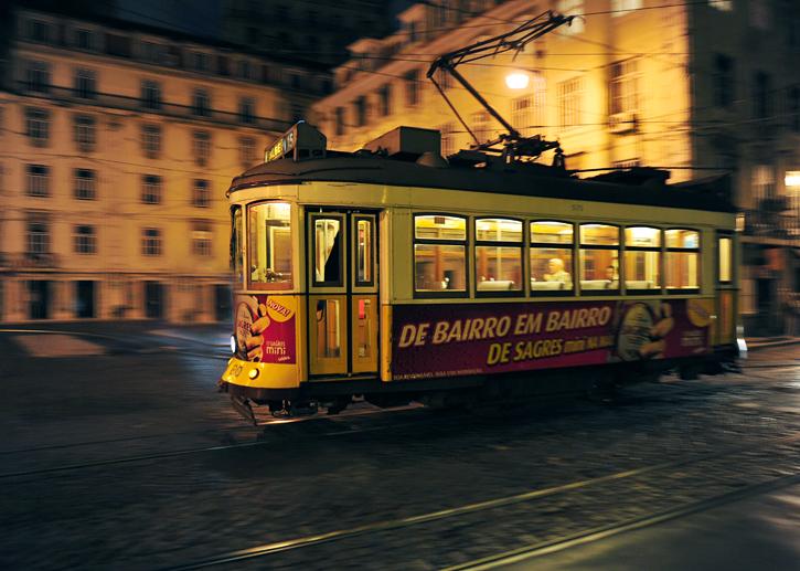 Lizboński tramwaj nocą mknie