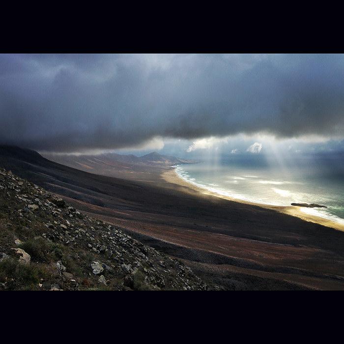 Chmury, góry i plaża Cofete