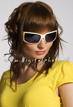 Modelo femenino, gafas de sol