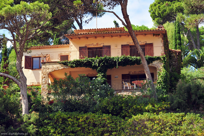 Apartamentos en espa a costa brava casas de campo for Casas de sofas en madrid